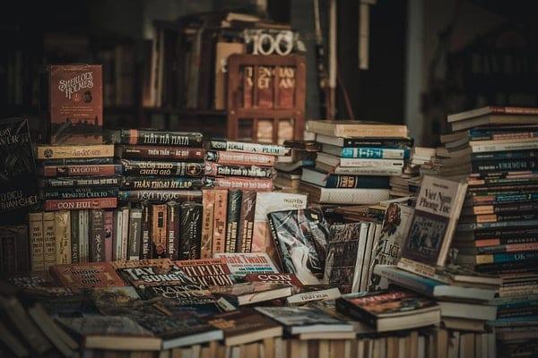Pilhas de livros com livros soltos por cima