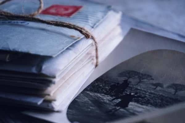 Pilha de cartas amarradas com imagem antiga
