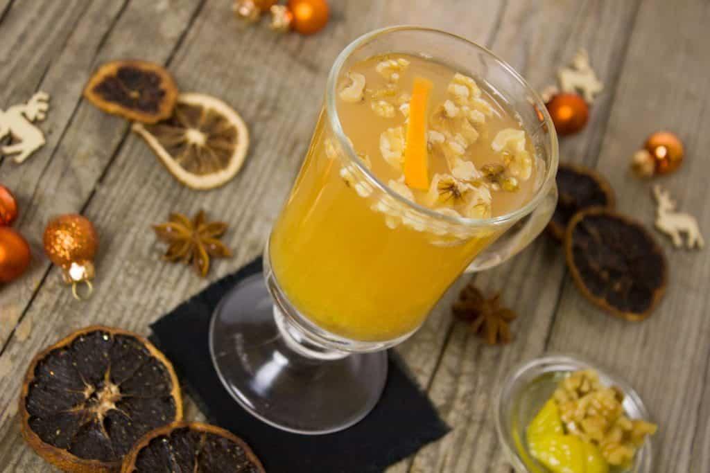 Imagem de uma caneca de vidro de chá feito com vários tipos de ingredientes afrodisíacos para ajudar no aumento da libido