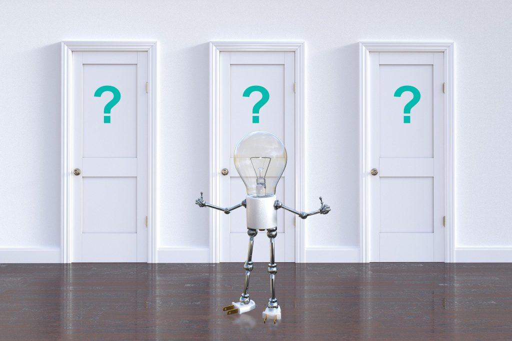 Imagem de uma parede branca e ao fundo três portas brancas com um ponto de interrogação cada. À frente delas uma lâmpada em formato de robô que representa o significado de luz - de resposta - de epifania.