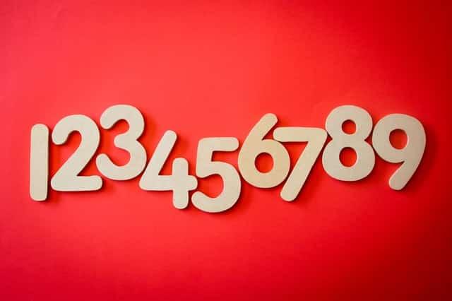 Sequência de números do 1 ao 9 em fundo vermelho
