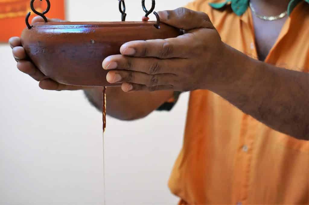Profissional de Ayurveda em sessão de tratamento.