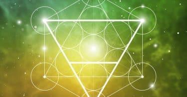 Triângulo iluminado com efeitos ao fundo