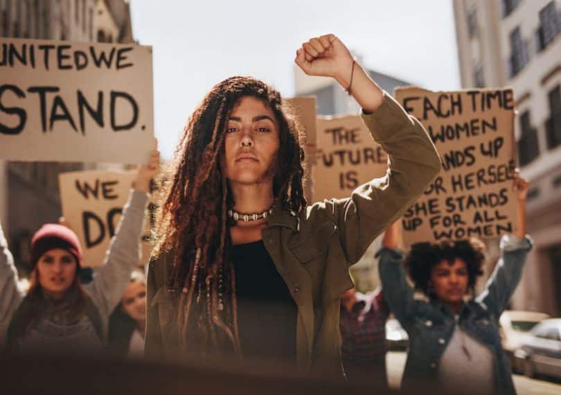 Mulher a frente de manifestação anti-racismo
