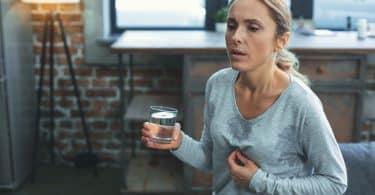 Mulher tendo ataque de ansiedade