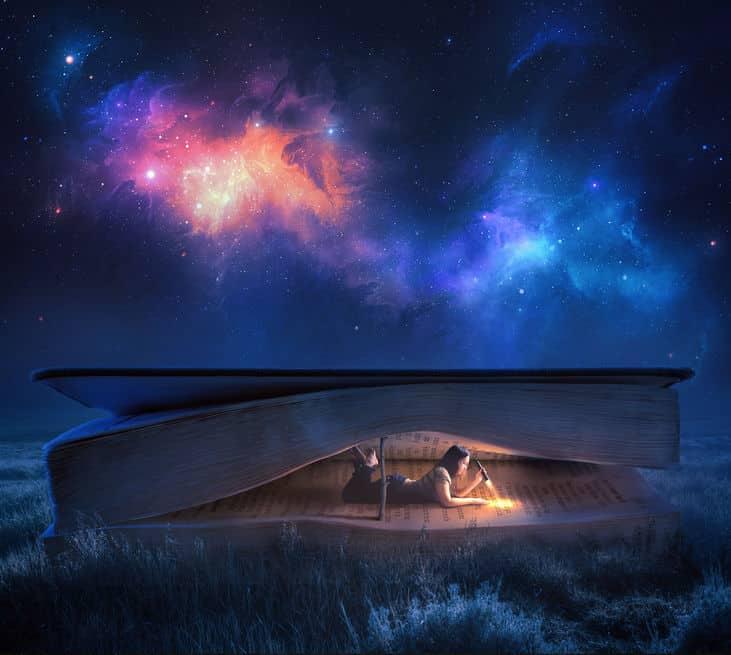 Mulher deitada dentro de livro com lanterna acesa