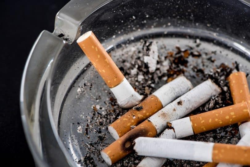 Cigarros apagados num cinzero