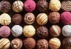 Bombons de chocolate sortidos coloridos.