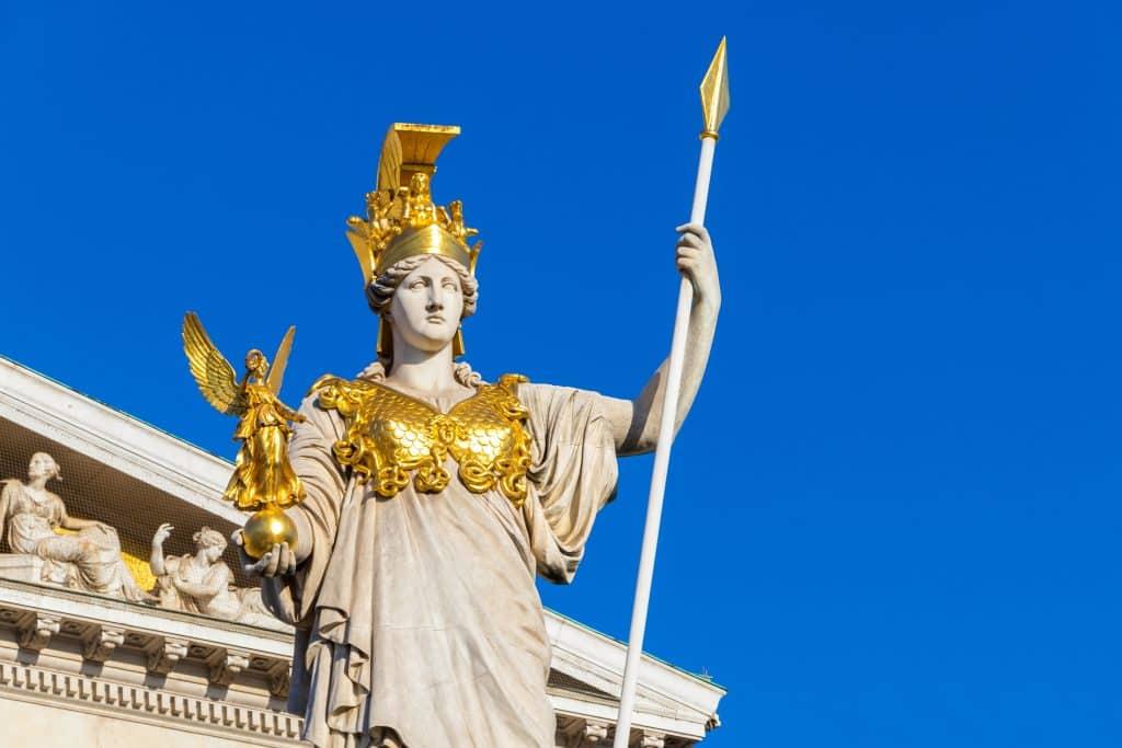 Imagem colorida da estátua da deusa da mitologia grega Atena. A estátua está localizada na Áustria.