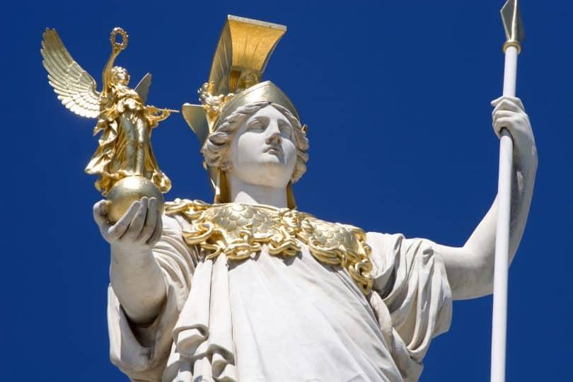 Imagem colorida da estátua da deusa Atena.