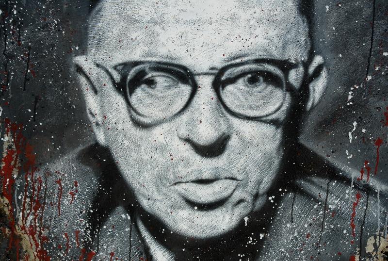 Pintura do filósofo Jean-Paul Sartre em uma parede.