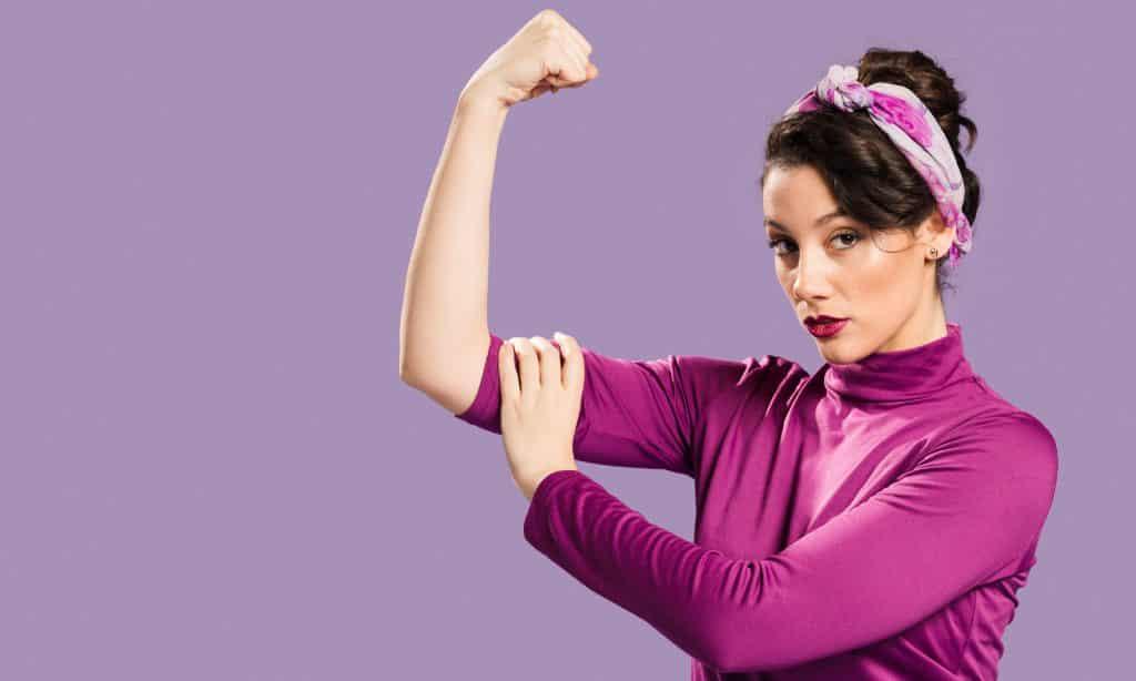 Mulher fazendo pose de força com braço