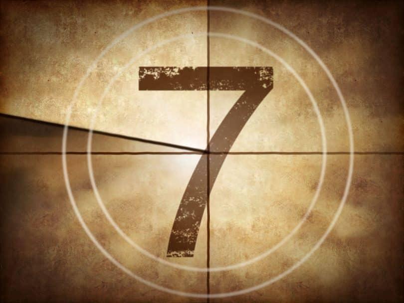 Contagem de filme antigo marcando o número 7 (sete).