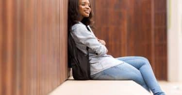 Mulher sentada olhando para frente pensando