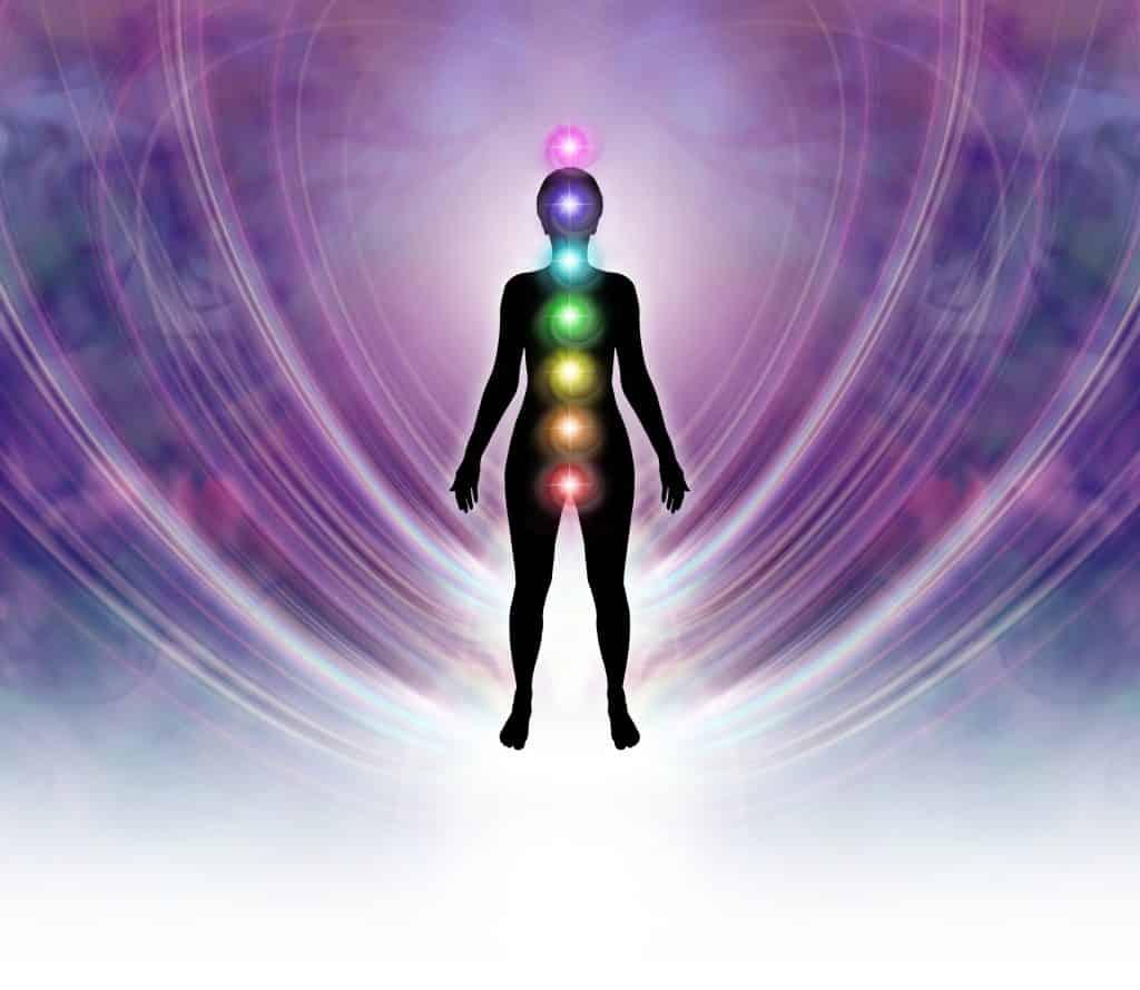 Imagem da silhueta de um corpo com as setes cores que representam os nossos sete chackras no centro.