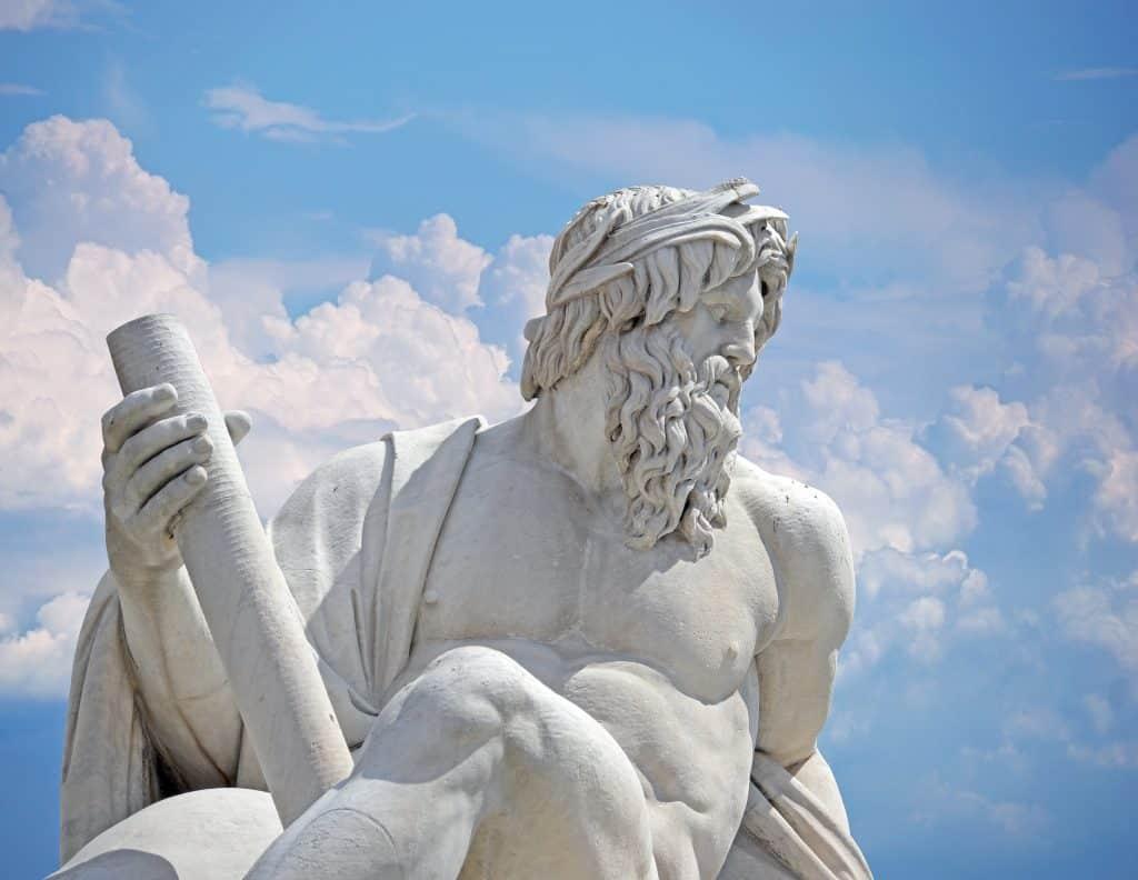 Imagem da estátua de corpo inteiro de Zeus, o Deus do Olimpo na Itália.