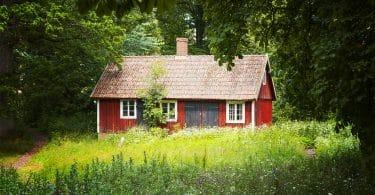 Casa vermelha em meio a floresta.