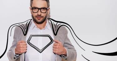 Homem de óculos com uma capa de super-herói ilustrada em torno de si.
