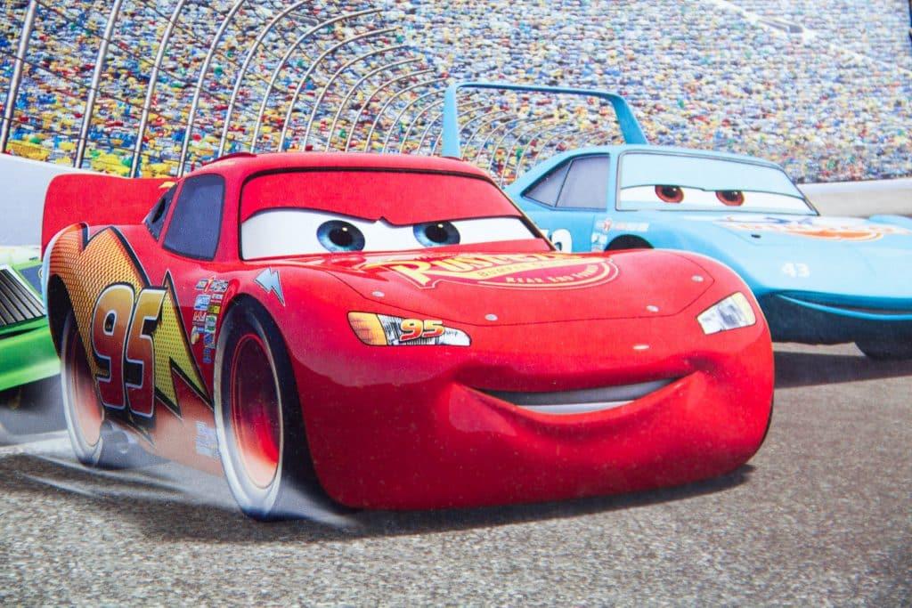 McQueen  na pista de corrida com outro carro ao lado