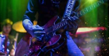 Músico tocando guitarra elétrica em um show de rock.