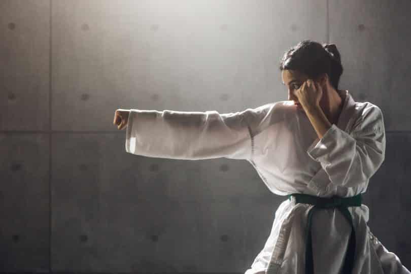 Mulher kimono praticando lkarate