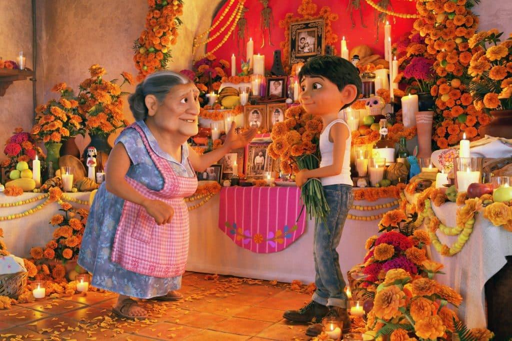 """Cena do filme """"Viva - A vida é uma festa"""" onde a criança está com sua avó com expressões calmas"""