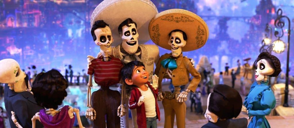 """Cena do filme """"Viva - A vida é uma festa"""" onde a criança está com sua família com expressões sorridentes"""