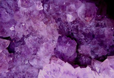 Imagem de uma linda pedra ametista na cor violeta.