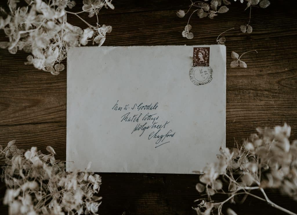 Envelope de carta fechado com flores ao redor