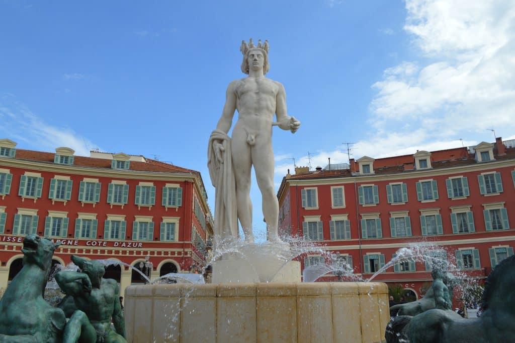 Imagem da estátua do Deus Apolo.