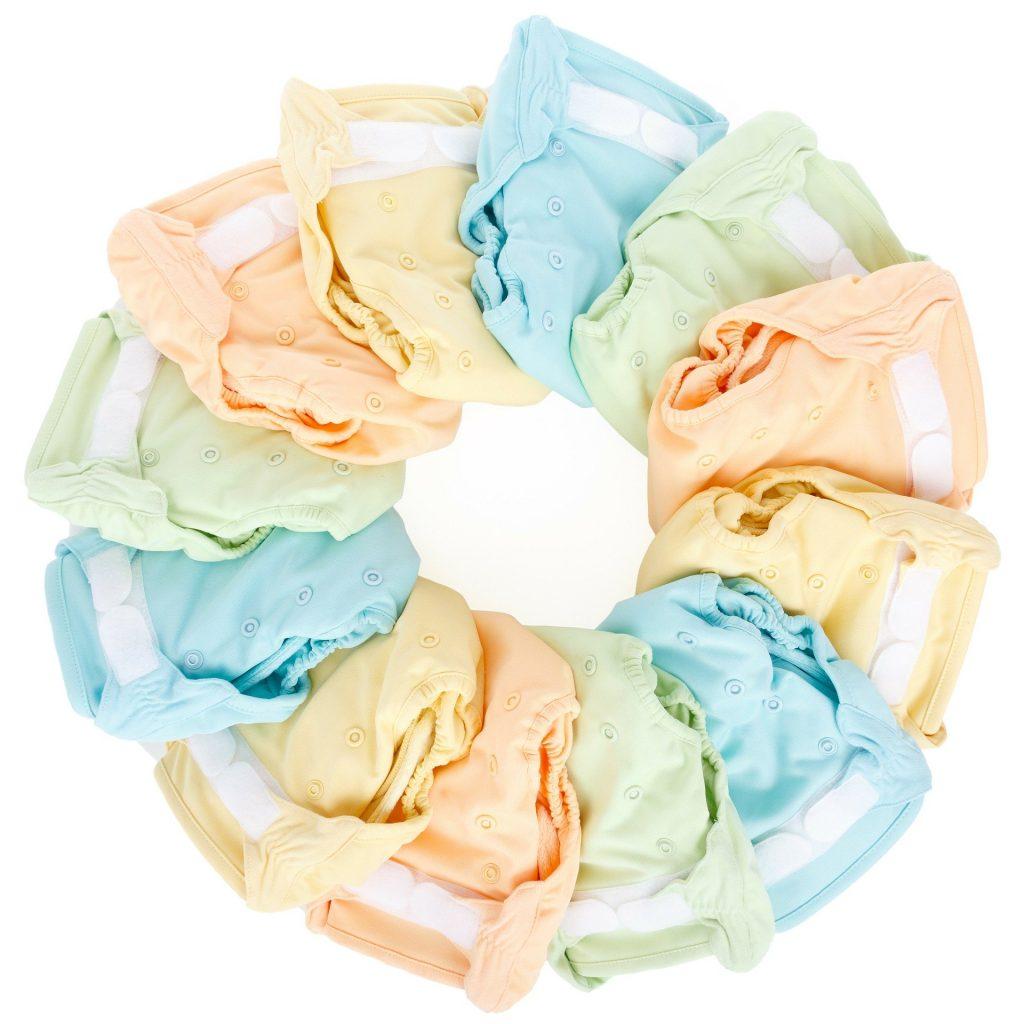 Imagem de fraldas ecológicas de várias cores dispostas em formato de círculo.