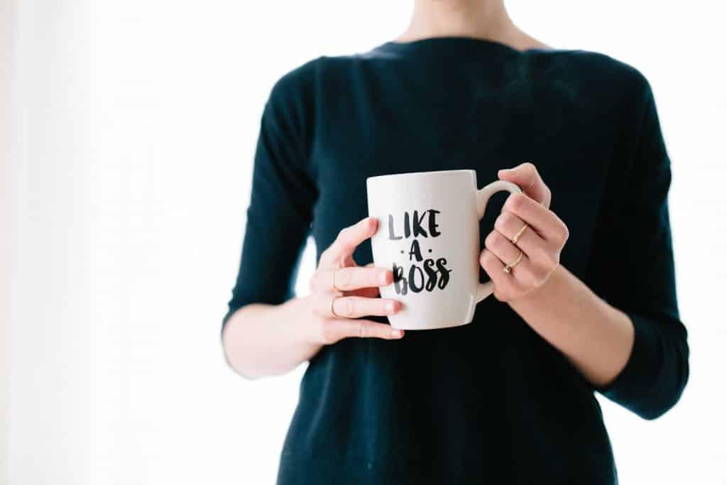 """Mulher segurando uma xícara escrito """"como uma chefe"""""""