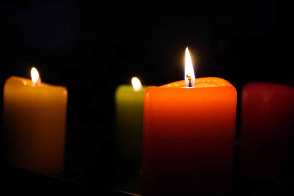 Imagem de várias velas acesas representando a espiritualidade.