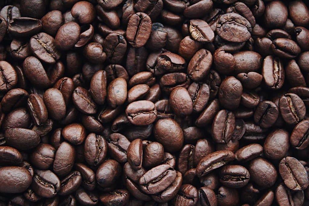 Grãos de café torrado.