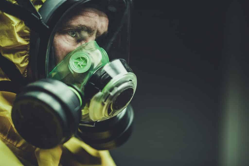 Imagem do rosto de um homem mais velho usando roupas apropriadas e máscara para se proteger do novo Coronavírus.