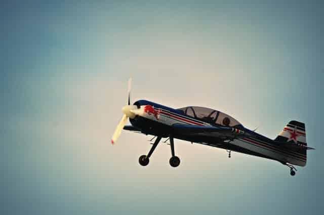 Avião de brinquedo em fundo azul