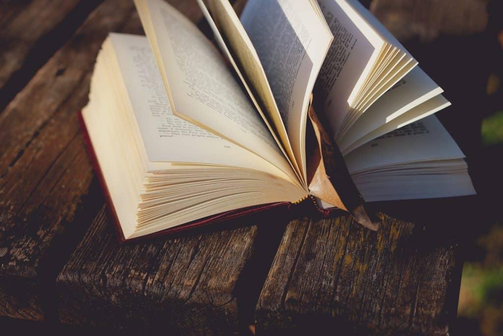 Livro aberto em uma mesa de madeira