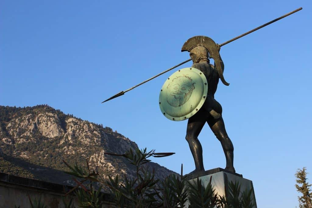 Imagem da estátua de um soldado durante a guerra de tróia.