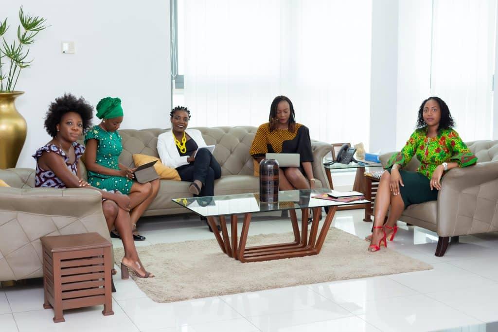 Mulheres sentadas em um sofá.