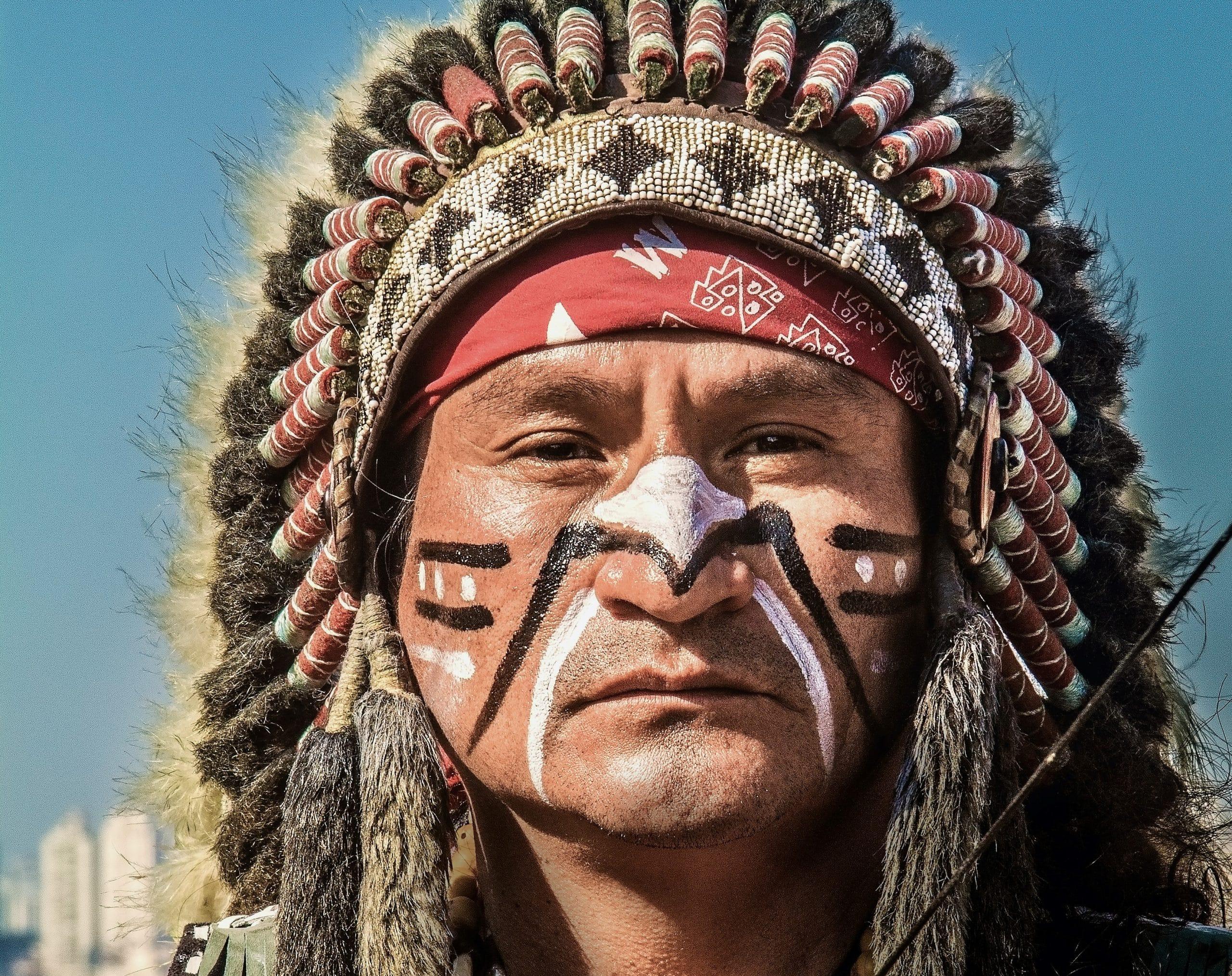Rosto de índio com cocar visto de perto