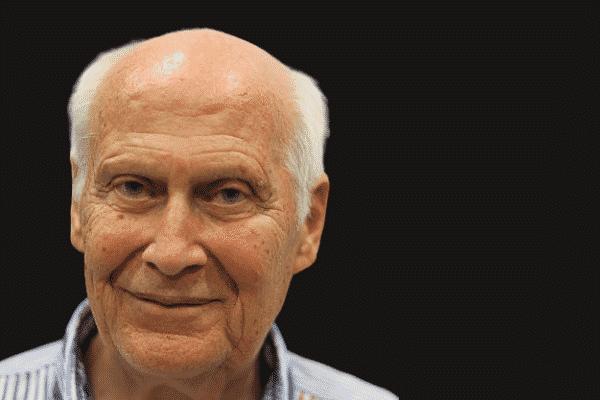 Retrato do autor Bert Hellinger visto de frente, sorrindo.