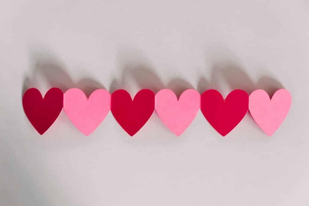 Corações cortados de papel em uma mesa