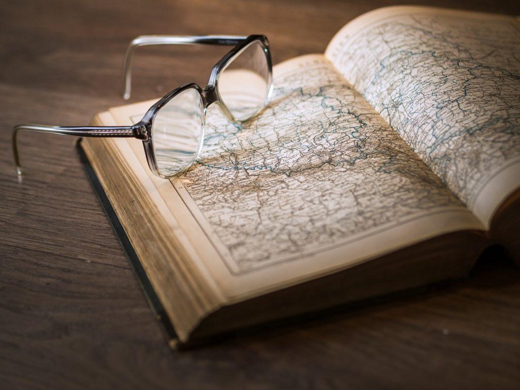 Imagem do livro de Kepler e suas leis. Sobre ele um óculos de grau.