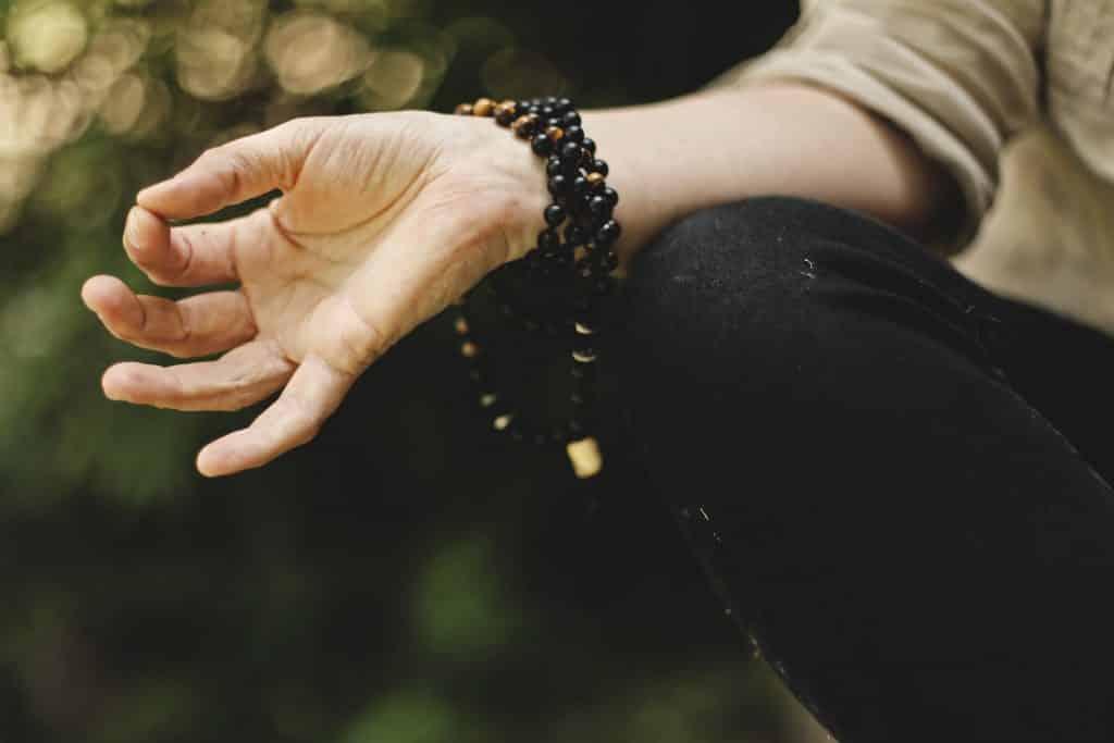 Mulher em posição para fazer meditação