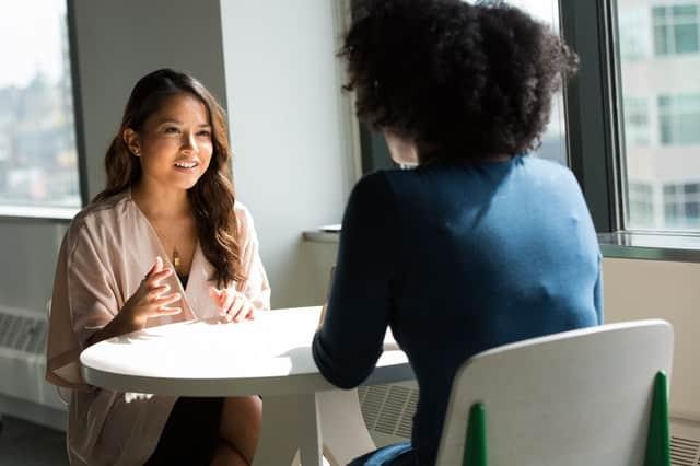 Mulheres conversando em ambiente formal