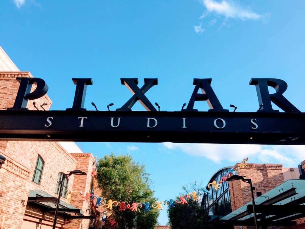 Letreiro da Pixa Studios ao lado de prédios