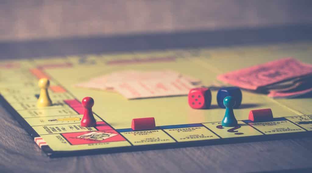 Jogo de tabuleiro aberto com peças espalhadas