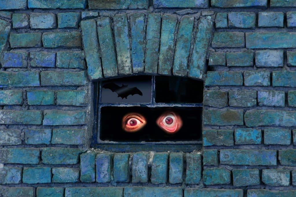 Ilustração de olhos abertos vistos de uma pequena janela escura.