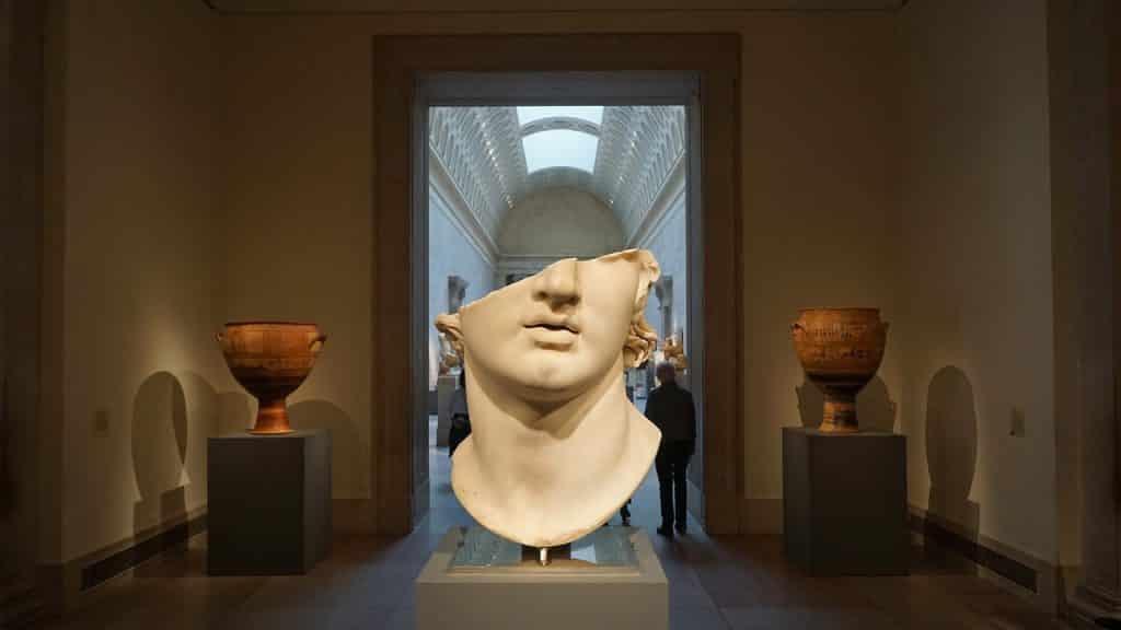 Escultura do busto de Alexandre o Grande exposta em um museu de arte.
