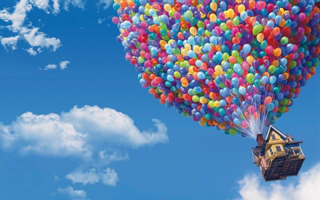 Casa com vários balões voando pelo céu